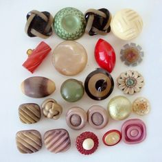LOT OF VINTAGE CELLULOID BUTTONS BALL EXTRUDED BUBBLE FOOTBALL KNOT AND MORE