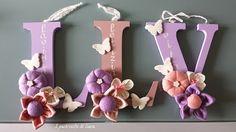 Lettere di legno con fiori in stoffa e farfalle di gesso