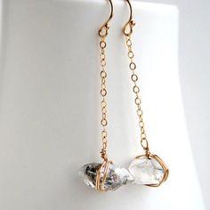 📷 @laurastarkdesigns ・・・ Diamantes en bruto para novias de aires bohemios • Raw diamond earrings, perfect for boho brides  #joyas #pendientes #earrings #jewerly #weddinginspo #bohobride . . . El blog de decoración • The decor blog 👉🏻@vintageandchic👈🏻 ... Mi cuenta personal • My personal account 👉🏻@soyleticiablanco👈🏻