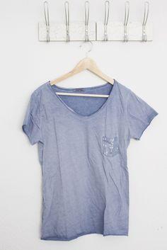 DEINLIEBLINGSLADEN Basic-V-Neck mit Paillettentasche, denim blue