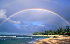 Regenboog bij het strand.