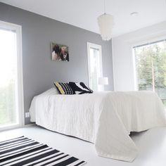 Gray wall, white floor. Bedroom harmony via Instagram: Jonna_myhome