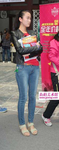 性感翘臀牛仔裤美女富有这种独特的细致与温柔 Mint Jeans, Beautiful Asian Women, Sexy Curves, Asian Woman, Capri Pants, Tights, Chinese, Shorts, Fashion