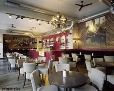 Rouge in the bar and tobacco in the dining room: J'adore le combinaison de couleurs ici Cosy Cafe, Room Store, Cafe Bistro, Lunch Room, Cafe Interior Design, Cafe Shop, Cafe Restaurant, Shop Ideas, Restaurants