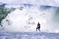 Kelly looking at what's about to explode! #surf #kellyslater #QuiksilverProFrance