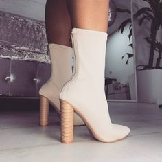 What beautiful boots! The wooden heel gives a special touch . Fancy Shoes, Crazy Shoes, New Shoes, Cute Shoes, Me Too Shoes, Heeled Boots, Bootie Boots, Shoe Boots, Shoes Heels