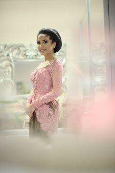 Pernikahan Adat Jawa Deta dan Prima di Jakarta Javanese Wedding, Kebaya Brokat, Dan, Bride, Weeding, Jakarta, Chic, Womens Fashion, Goals