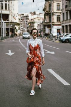 If you enjoy wearing a floral dress from time to time, but you don't wish to look sweeter than honey, then this post is for you. Floral Dress Outfits, Red Floral Dress, Girly Outfits, Dresses, Ootd Spring, Cute Spring Outfits, Collage Vintage, Dress With Sneakers, White Sneakers