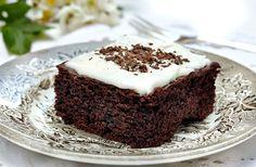 Her får du opskriften på en dejlig svampet chokoladekage med glasur. En chokoladekage, der bare smager af mere!