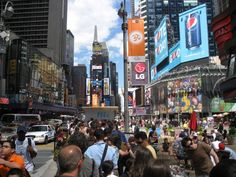 Midtown Manhattan filled with people to give you tips when moving to New York City