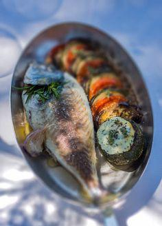 Daurade royale cuite au four, tian provençal et courgettes rondes farcies à la brousse