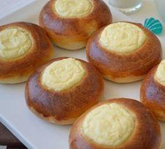 Watruschki (Russische Quarktaschen) Vatruska - orosz, ukrán túrós desszert | Élesztő - Hozzávalók: 30 g Budafok friss élesztő, 270 ml tej, 2 ek cukor, 450 g liszt, 50 g vaj, 0,5 tk só, 500 g túró, 4 tojássárgája, 4 ek cukor, 40 g olvasztott vaj, 2 ek tejföl, 1 ek liszt, 1 cs vanília cukor, mazsola (opcionális).