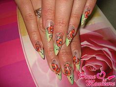красивая художественная роспись миндалевидных ногтей