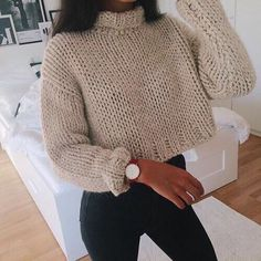 If you're a fan of crop tops, then these cute crop top sweater outfits are perfect to wear in the winter! Forget oversized baggy sweaters when you're rocking these cropped sweater outfits! Bauchfreier Pullover, Pullover Outfit, Cropped Jumper Outfit, Knitted Jumper Outfit, Wooly Jumper, Cute Sweater Outfits, Baggy Sweaters, Knitting Sweaters, Casual Sweaters
