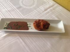 Croqueta de arroz amb fesols y salsa de morcilla