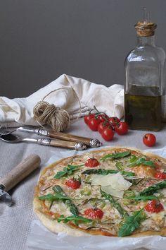 Pizza vegetal con espárragos trigueros y tomates cherry. To be Gourmet | Recetas de cocina, gastronomía y restaurantes.