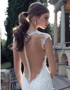 elegante Frisur mit Pferdeschwanz für Brautkleid mit Rückenausschnitt