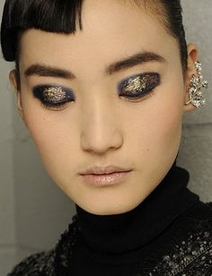 20 Hair And Makeup Ideas To Steal From Fashion Week - Daily Makeover vogue, fashion weeks, golden glitter, makeup, dramatic eyes, beauti, new york fashion, beauty, flawless skin