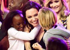 Angelina Jolie hizo realidad su deseo de ser madre con tres hijos adoptivos y tres propios, y ahora que atraviesa por una batalla legal con su ex, Brad Pitt, en medio de un proceso de divorcio, la madre biológica de uno de sus pequeños acaba de perdirle públicamente que le permita ver a su hija.