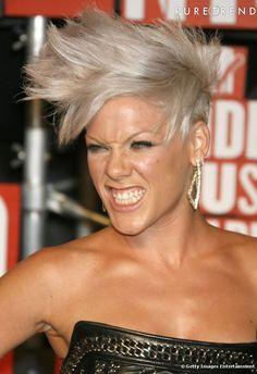 Adepte de la rock attitude, la chanteuse  Pink  reste fidèle à ses cheveux courts et s'autorise ici la banane punk.