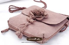 Túi da màu tro hoa hồng Meggie Leather Hats, Leather Tooling, Leather Craft, Leather Handbags, Raw Stone Engagement Rings, Handmade Leather Wallet, Floral Bags, Diy Handbag, Backpack Bags