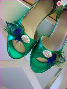 Emerald buty Narzeczona z broszką i pawim piórem