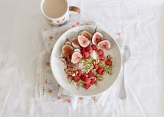 Oats with figs, raspberries, Greek yoghurt, pistachios & honey