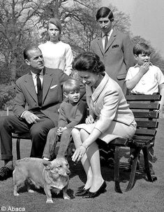 Prince Philip (The Duke of Edinburgh), Princess Anne, Prince Edward, Queen Elizabeth II, Prince Charles and Prince Andrew. Love this picture for Queen II and her Royal Family. Reine Victoria, Queen Victoria, Prince Charles, Prince Andrew, Prince Edward, Prinz Philip, Herzogin Von Cambridge, Isabel Ii, Elizabeth Ii