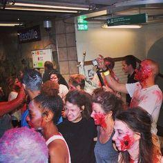 Ça prend des photos et le métro ☺️#booStbastille les zombies dans le métro #zombierun #happyhalloween #boostbastille
