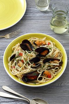 Find seafood inspirations & meal ideas in Let's Eat. Show off the beautiful flavours of seafood in Mussel Linguine. Olive Oil Pasta, Salmon And Shrimp, Pasta Noodles, Linguine, Mussels, The Dish, Flakes, Parsley, White Wine