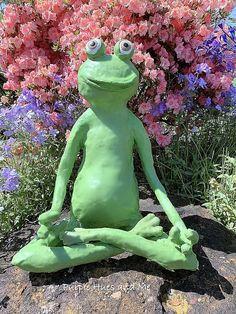 Paper Mache Outdoor Sitting Frog from Purple Hues and Me Concrete Bird Bath, Concrete Garden, Concrete Crafts, Cement, Love Garden, Garden In The Woods, Garden Ideas, Mason Jar Flowers, Flower Pots