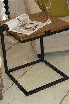 Industrial-henkinen sivupöytä metallijaloilla. Materiaalina kierrätysteak ja metalli. Helppo vetää apupöydäksi esim. sohvan vierelle jalkarakenteensa ansiosta. Mitat: 50x50x60cm