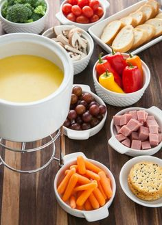 fondue party Fondue may have been the highlight of your parents cocktail parties, but that doesnt mean its not still cool. Fondue is not only good for sharing with lots of friends, bu Fondue Recipes, Dinner Recipes, Cooking Recipes, Fondue Ideas, Kabob Recipes, Beef Recipes, Healthy Recipes, Cheese Fondue Dippers, Fondue Raclette