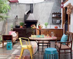 A cobertura de vidro laminado, da crisday, tem tecidos que suavizam a entrada de luz natural sobre o pátio, com churrasqueira de ferro esmaltado, da chama Bruder. Garden seat e copos de chá (sobre a mesa), da L'oeil. No banco, almofada Tamtum. esteira,  (Foto: Lufe Gomes)