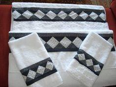 Jogo toalha banhão da marca buttner, algodão 100% egipicio, bordado em patchwork preto e branco e bordado inglês. O jogo contém: 1 toalha de banho 90x160 cm, bordada em patchwork                                       1 toalha de banho 90x160 cm bordada em patchwork e bordado inglês                          1 toalha de rosto 50x80 cm bordada em patchwork preto e branco                          1 toalha de rosto 50x80 cm bordada em patchwork e bordado inglês R$ 175,00