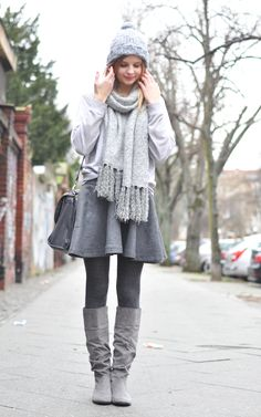Cozy Winter Style: Berlin Fashion Week, All grey, scarf, sweater, pullover, skirt, tights, knee boots, bag, hat  - Streetstyle, Hamburg, Outfit, Blogger