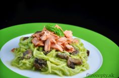 "Cuketové ""špagety"" s krémovou avokádovou omáčkou a lososom - FitRecepty Main Meals, Eating Well, Spaghetti, Beef, Chicken, Cooking, Ethnic Recipes, Gardening, Gingerbread"