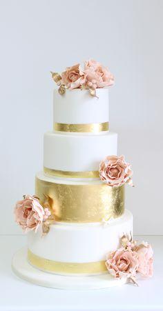 Rosas y dorado como torta de boda vintage. #TortasVintage