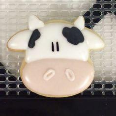 🐮🐮🐮 📽 @teenytinybakery #cookiecutterkingdom Cupcakes, Cupcake Cookies, Sugar Cookies, Cookie Frosting, Royal Icing Cookies, Farm Cookies, Biscuits, Cookie Crush, Galletas Cookies