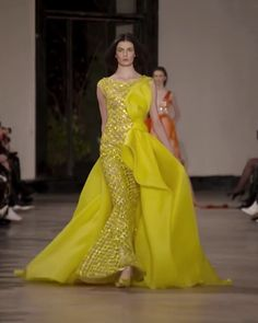 Georges Chakra Look Spring Summer 2019 Couture Collection - Stunning Embroidered Asymmetric Yellow Mermaid Evening Dress / Evening Gown with a Skirt and a Train. Runway Show by Georges Chakra Source by - Georges Chakra, Haute Couture Dresses, Couture Fashion, Designer Evening Gowns, Designer Dresses, Stunning Dresses, Beautiful Gowns, Victor Ramos, Godmother Dress