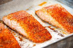 Ovnbagt laks med paprika. Lækre laksebøffer, der krydres og bages i 15 minutter ved 20 grader varmluft. Laksen er god som den er, eller du kan dele den i mindre stykker og bruge i en laksesalat. Foto: Guffeliguf.dk.