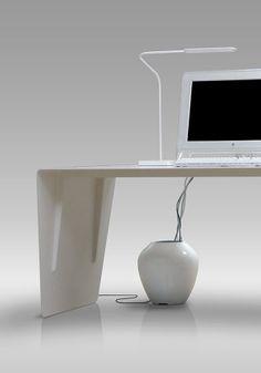 BALMUDA Colony   Colonyは約19リットルもの内容積があります。コンピューターやプリンター、外部ハードディスク、WiFiステーションなど、デスク周りの機器のアダプターを全て入れても、まだ余裕のある大きさになっています。