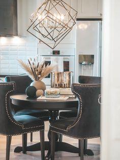Trending; Tørkede strå - Eileen Stulen Dining Chairs, Blog, Furniture, Home Decor, Decoration Home, Room Decor, Dining Chair, Blogging, Home Furniture