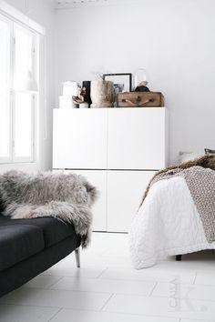 Des unités IKEA Besta empilées dans une chambre