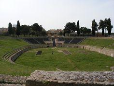 Costruito tra il I a.C. e il I d.C., l'anfiteatro di Lucera poteva ospitare tra i 16000 e i 18000 spettatori. A volerlo fu un tribuno locale, Marco Vecilio Campo, in onore di Augusto come sim…