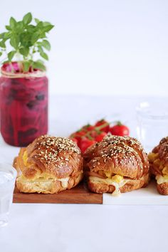 Buttery croissants filled with juicy scrambled eggs, smoked turkey and emmental cheese (in Greek) Smoked Turkey, Hand Pies, Wrap Recipes, Croissants, Scrambled Eggs, Brunch Recipes, Salmon Burgers, Food Photo