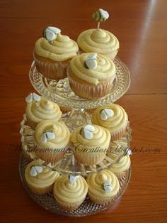 bee hive cupcakes for a gender reveal party!