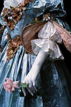 La Reine Polyxène d'Assie (+1737). Détail de la robe en papier de la Reine Polyxène d'Assie réalisée d'après un portrait peint par M. van Meytens (La Venaria Reale, Turin, octobre 2007). Dimensions : 112 cm x 65 cm x 195 cm. Photo : René Stoeltie. Isabelle de Borchgrave
