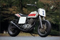 Yamaha SR400 by Flakes. This looks like a lot of fun on a short course