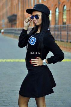 Komplet dresowy ze spódniczką - krótka bluza z długim rękawem z trapezową spódniczką. Bluza zapinana na ekspres. Z przodu stylowa  aplikacja w postaci naszywki z literą O. sakolife.pl